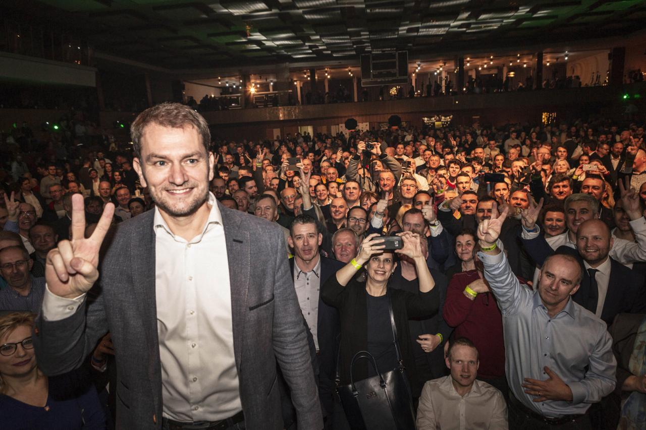 Naplnená športová hala a výkriky radosti. Volebná noc OĽaNO bola iná, než na aké sme zvyknutí (fototéma)