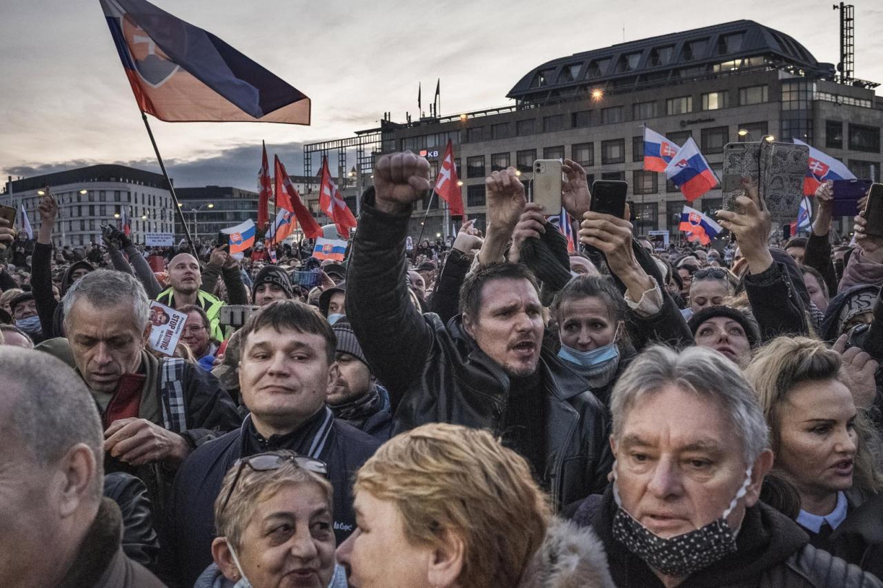 Vulgarizmy a kotlebovci na tribúne. Takto vyzeral 17. november v uliciach Bratislavy (fototéma)