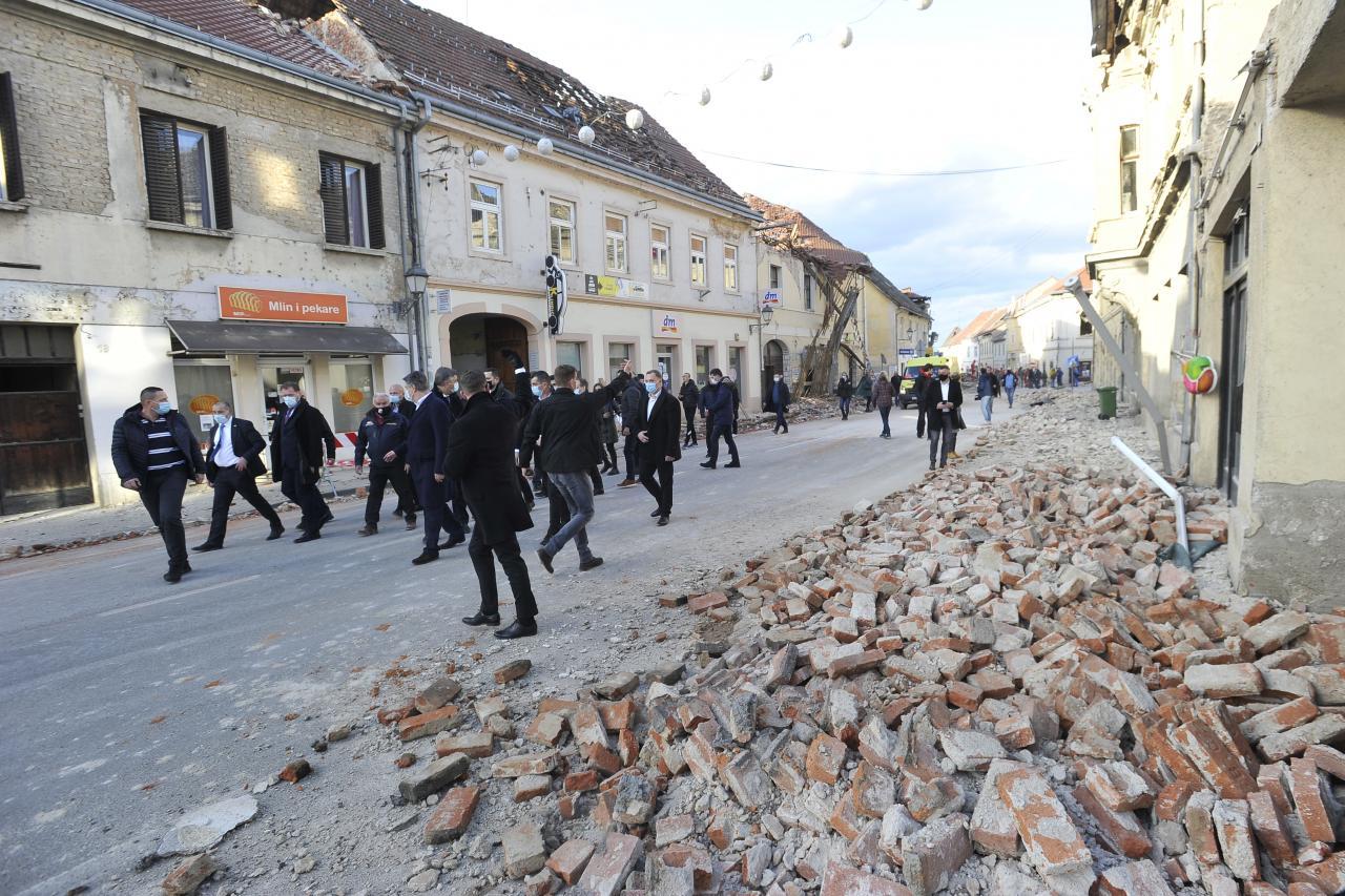 Fototéma: Chorvátsko zasiahlo silné zemetrasenie. Mesto Petrinja je plné trosiek, pomáhala aj armáda