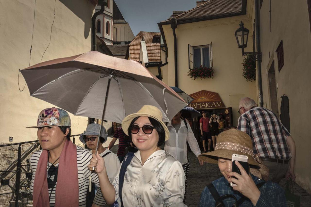 Český Krumlov sa stal baštou čínskych turistov, balkánski a alžírski vreckári sa tam sťahujú
